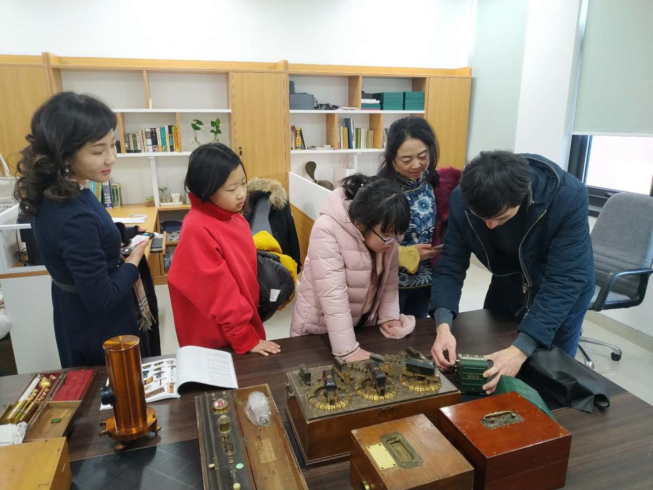 王汝冰和李沐烜两位小朋友资助我馆竞拍科技文物