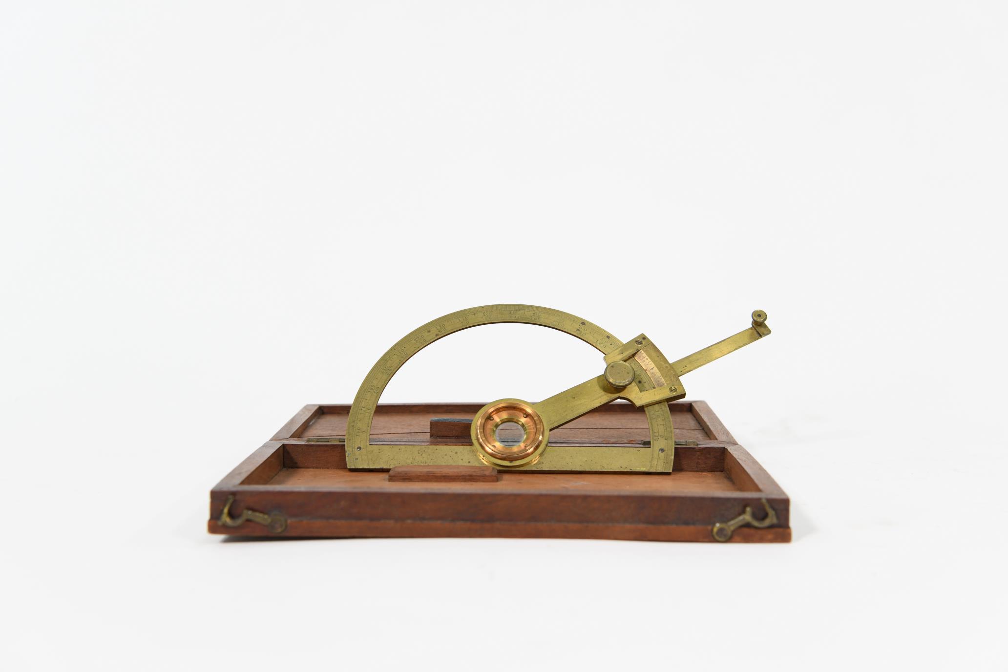 史蒂文·洛文希尔向我馆捐赠一件量角器藏品