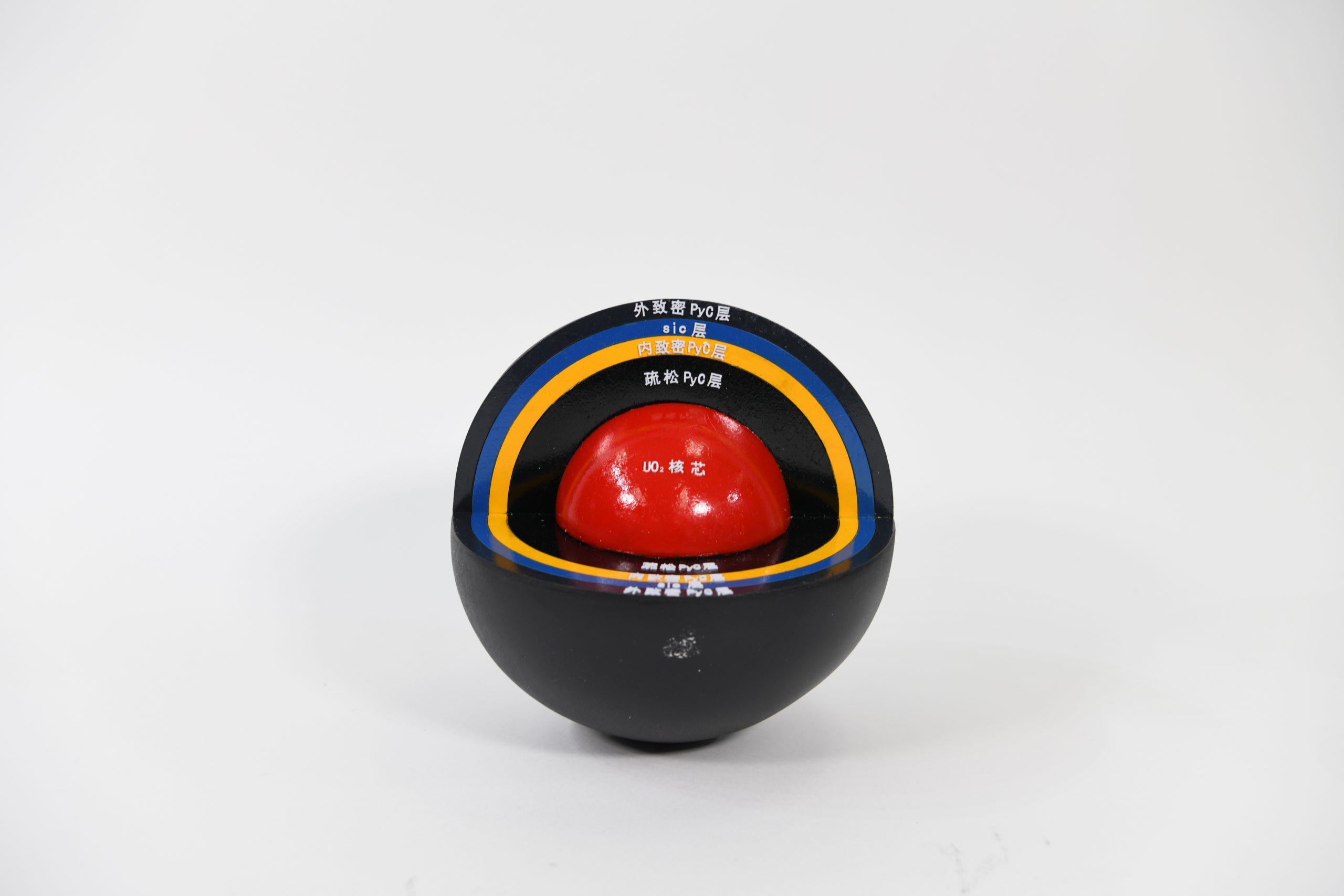 清华大学核研院向我馆捐赠高温气冷堆球形核燃料元件及模型