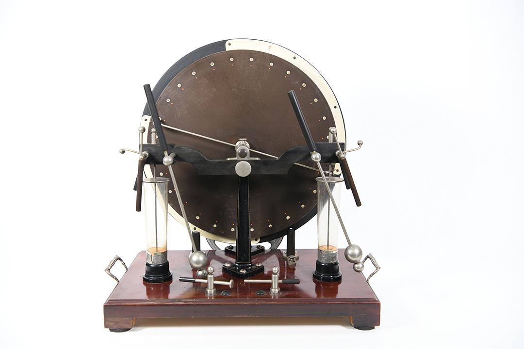 王裔澄校友资助我馆购买一批西方科学仪器